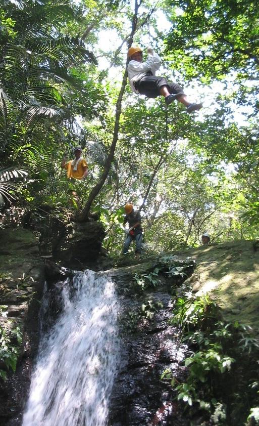 滝の上をジップ!エキサイティング!
